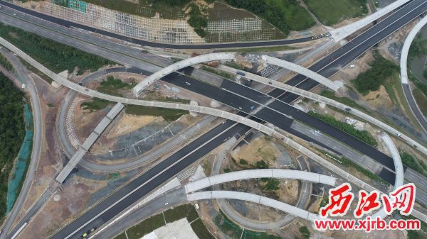 日前,岗坪东枢纽立交涉路施工圆满完成,为怀阳高速实现2020年建成通车打下坚实的基础。 通讯员供图