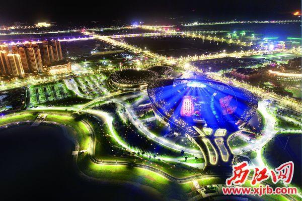 功能齐全、造型别致的肇庆新区体育中心,夜色中煜煜生辉。第十五届省运会以及一系列全国体育赛事在这里成功举办。 西江日报记者 朱健兴 摄