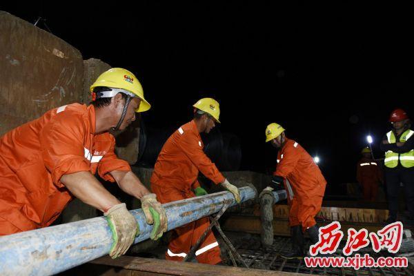 9月29日凌晨5时30分,怀阳高速西江特大桥提前合龙。 通讯员供图