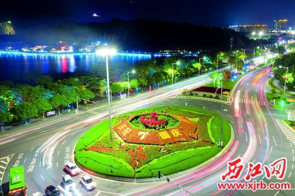 在信星花坛,鲜花装饰着道路。 西江日报记者 曹笑 摄