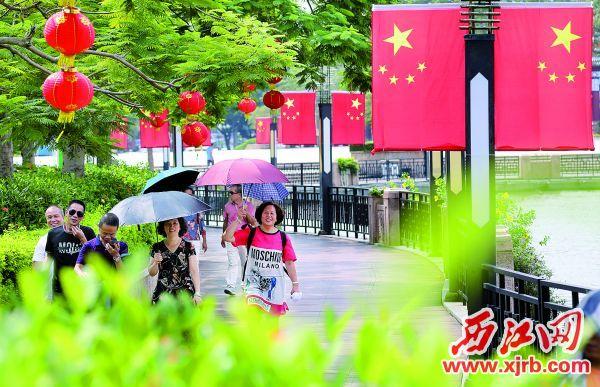 牌坊广场、广场四周、喷泉两旁的栈道上悬挂着国旗和灯笼。  西江日报记者 梁小明 摄