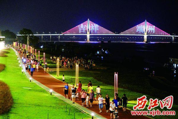 靓丽的江滨公园,吸引市民游玩。 西江日报记者 戴福钿 摄