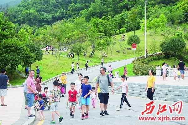 10月6日,北岭山森林公园游人如织。