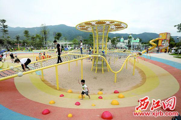 新开的市儿童公园带旺鼎湖旅游人气。 西江日报记者 刘春林 摄