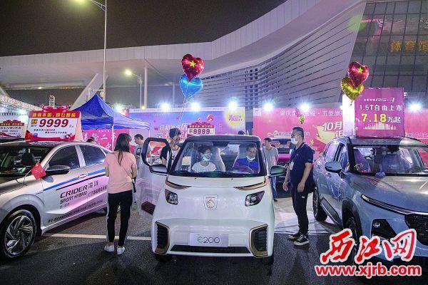 市民在试乘新能源汽车。