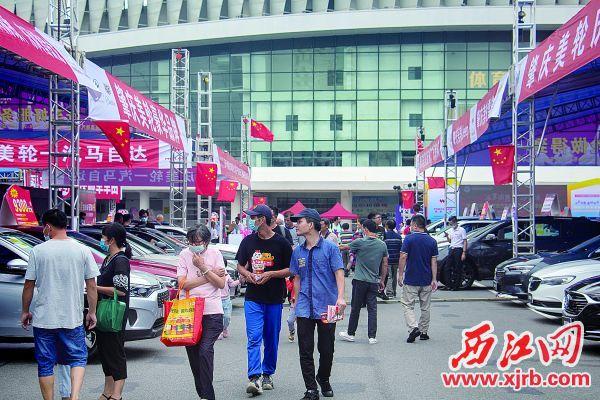 大批市民来到肇庆汽车文化节打卡。