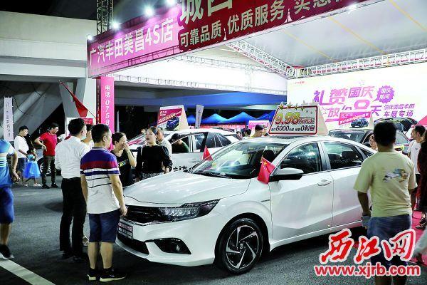 汽车文化节现场人流众多。