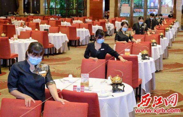 服务员忙碌着婚宴。