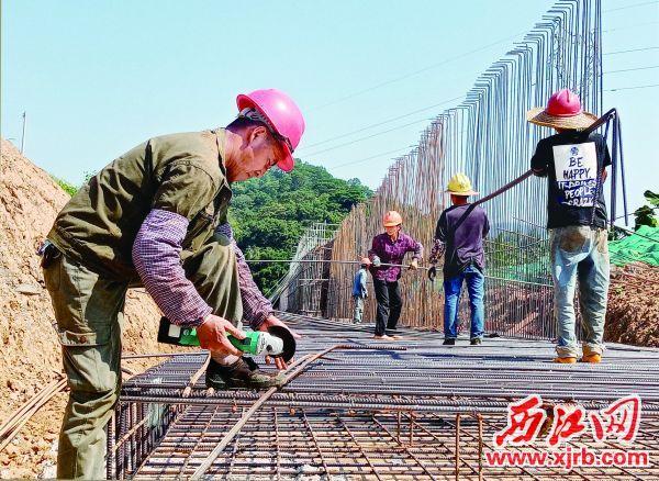 10月11日,施工人员在莲塘围悬臂挡土墙施工。充值100送18记者  梁小明  摄