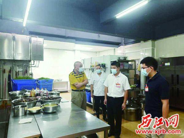 在市委機關食堂廚房,檢查人員在了解節約用餐情況。 西江日報記者 楊永新 攝