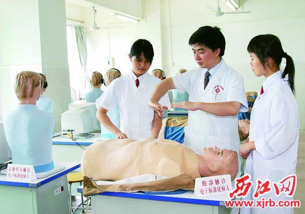湯之明(右二)正在指導學生。 受訪者供圖
