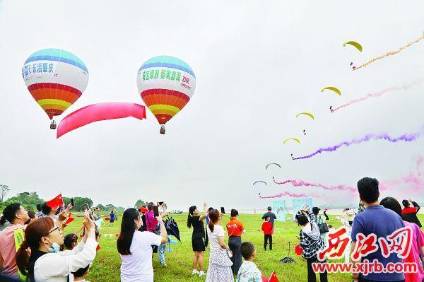 10月1日,在肇庆鼎湖区砚洲岛沙滩乐园,游客在观看热气球升空。 西江日报记者 梁小明 摄