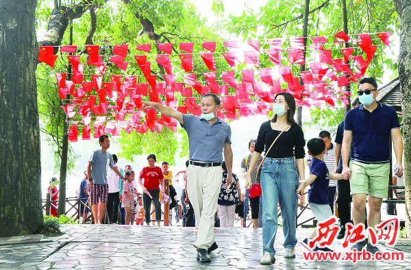 国庆假期,星湖景区吸引众多游客游玩。 西江日报记者 梁小明 摄