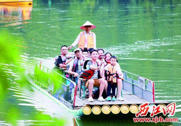 黄金周期间,不少游客选择星湖荡舟。 西江日报记者 刘春林 摄