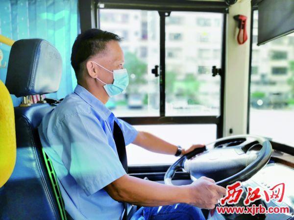 谢汉生在驾驶公交车。