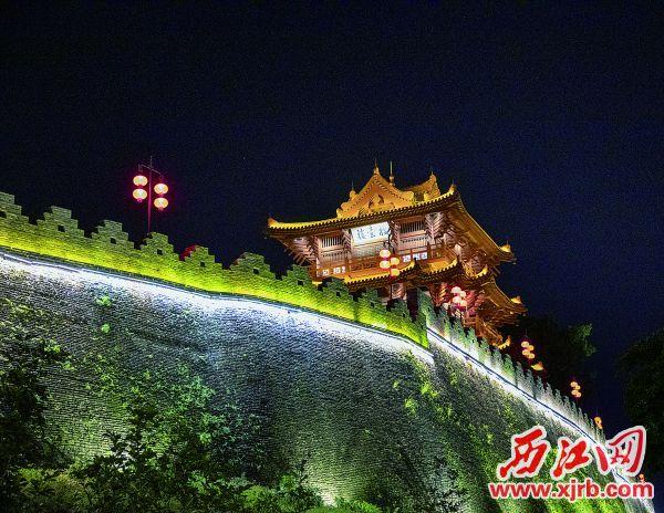 各种灯饰映照下,宋城墙与披云 楼映衬出厚重的城市历史文化氛围。
