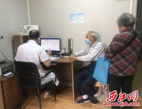 肇庆市第二人民医院叶国雄接诊室内,前来就诊的老年患者。杨乐祺摄