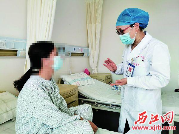 构建和谐医患关系已成我市卫健系统一项重要工作,图为医生到病房关心病人。 西江日报记者 杨丽娟 摄