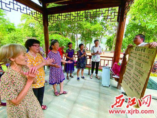在长者公园,长者唱起歌曲《我家在中国》。 西江日报记者 曹笑 摄