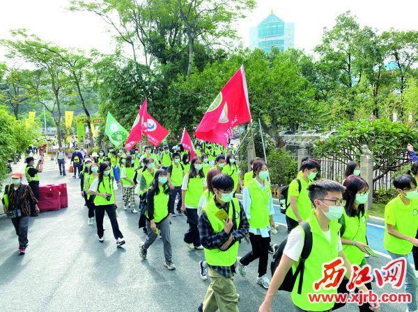 浩浩荡荡的徒步队伍穿越长者公园。 西江日报记者 刘浩辉 摄