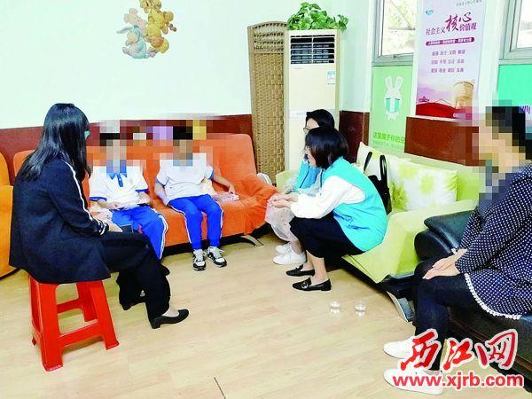 端州区禁毒社工上门为吸戒禁毒人员的子女进行心理辅导。 受访单位供图