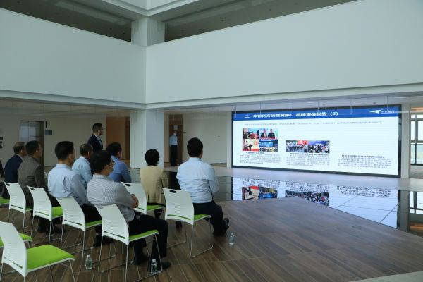 工作组一行在肇庆新区港澳青年基地听取青年企业家汇报工作