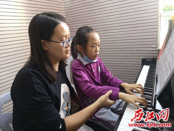 钢琴教师易雪认真教导学生学习钢琴。 记者 岑永龙 摄