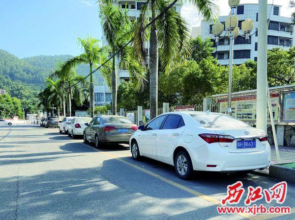 高要区大湾镇的街道上,车辆停放整齐有序。 西江日报记者 赖小琴 摄