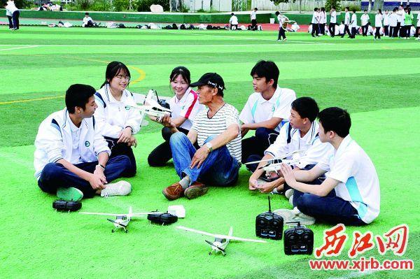 航模课上,李解民(中)与学生在交流。 受访单位供图