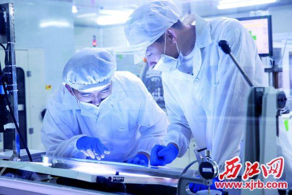 风华高科职工在进行科研攻关。 西江日报通讯员 供图