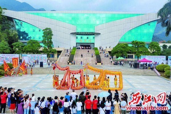 体育馆前学生们舞龙庆祝建校五十周年。 西江日报记者 曹笑 摄