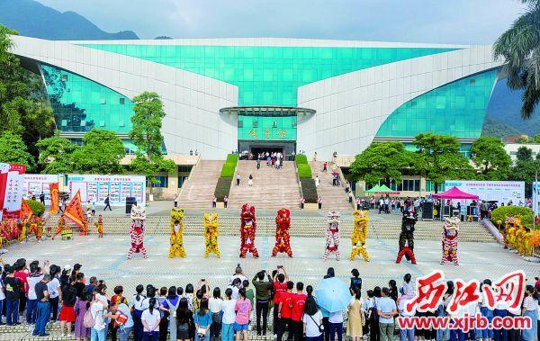体育馆前学生们舞狮庆祝建校五十周年。 西江日报记者 曹笑 摄