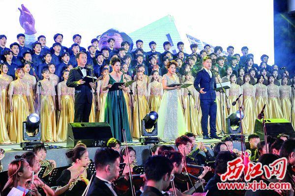 肇庆学院师生合唱《肇梦前行》,用歌曲表达爱校之情。 西江日报记者 曹笑 摄