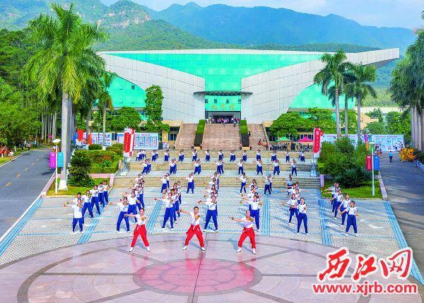 师生们在体育馆前载歌载舞喜迎肇庆学院五十华诞。 西江日报记者 曹笑 摄