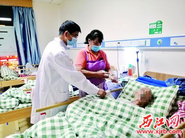 肇庆美和护理院内,医生和护工及时为老人提供诊疗、护理服务。 受访者供图