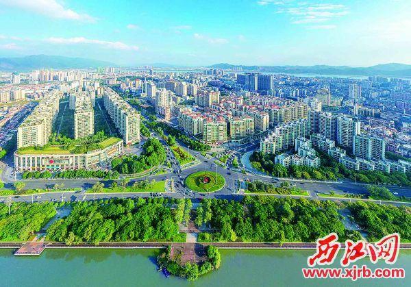 碧水蓝天下的肇庆城区。 西江日报记者 曹笑 摄