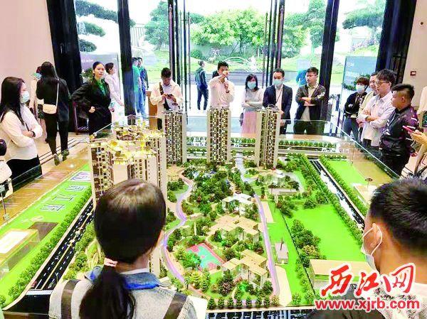 肇庆楼盘年末 让利促销吸引购房者 看楼。 西江日报记者 高静 摄