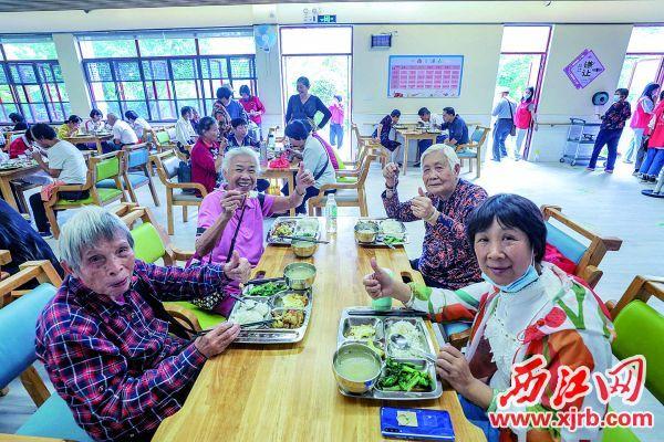 长者公园内的长者饭堂,前来就餐的老年人点赞可口的饭菜和周到的服务。 充值100送18记者 曹笑 摄