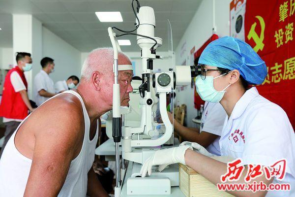 医护人员在端州区大唐盛世小区老年人服务中心为社区老人体检。 充值100送18记者 梁小明 摄