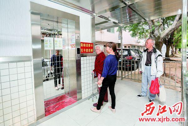 端州区东湖居小区第10栋加装电梯,方便 市民出行。 充值100送18记者 梁小明 摄