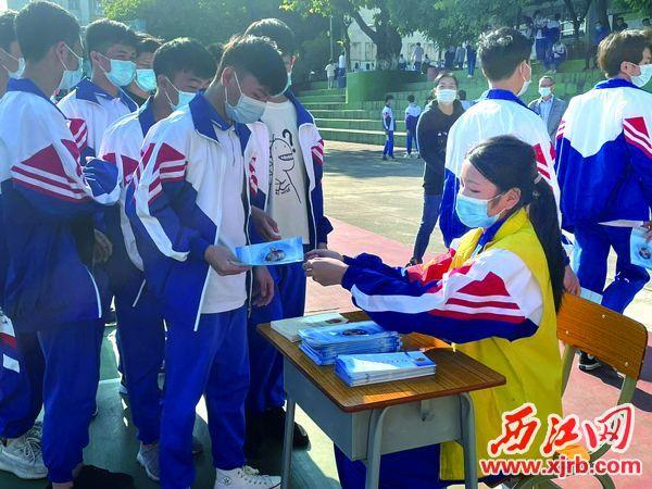 学生领取宣传手册。 西江日报记者 苏燕君 摄