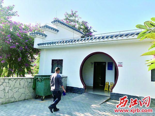 东湖公园公厕外观整洁幽雅。 西江日报记者 高静 摄