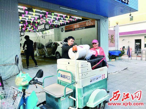 環衛收集車來到每家商戶前收運垃圾。 西江日報記者 夏紫怡 攝