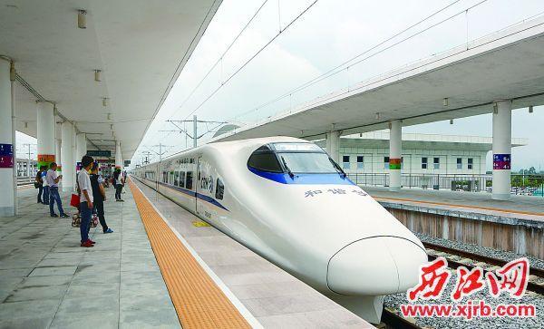 在肇庆东站,市民乘坐高铁出发广西、贵州等地十分方便。 西江日报记者 刘春林 摄
