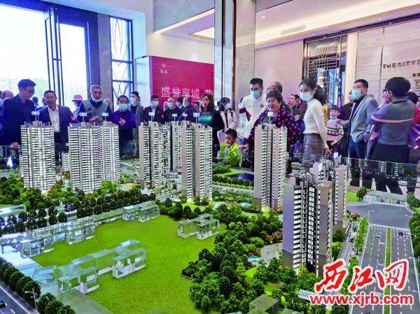 楼盘营销活动吸引了一大批购房者。 西江日报记者 高静 摄