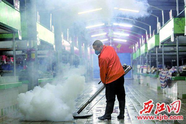 疫情期間,工作人員在市場進行消毒作業。 西江日報記者 曹笑 攝