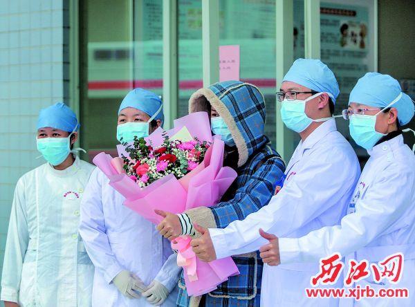 2月10日,我市第三批一例新冠肺炎確診病例治愈出院。 西江日報記者 曹笑 攝