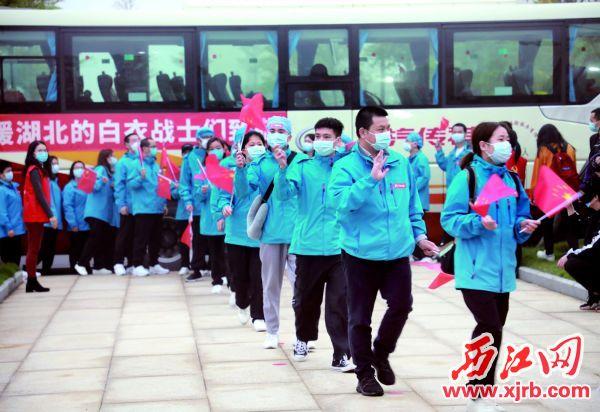 3月20日下午,肇慶市支援湖北醫療隊回到市委黨校休整,第一批返回 的隊員們興奮地向我市迎接人員揮手致意。 西江日報記者 劉春林 攝