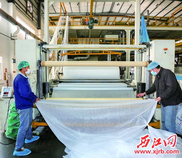 2月21日,肇慶錦盛輝煌無紡布有限公司加快生產。 西江日報記者 梁小明 攝