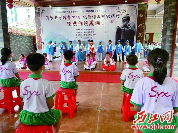 肇庆市实验小学在校园内举行经典诵读活动。 西江日报记者 赖小琴 摄